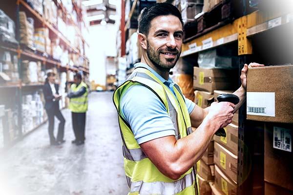Logistikmitarbeiter scannt Pakete