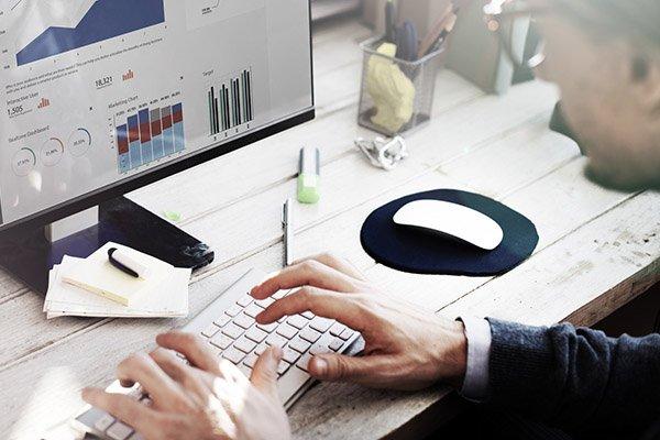 Zahlen im Blick Mitarbeiter am Bildschirm